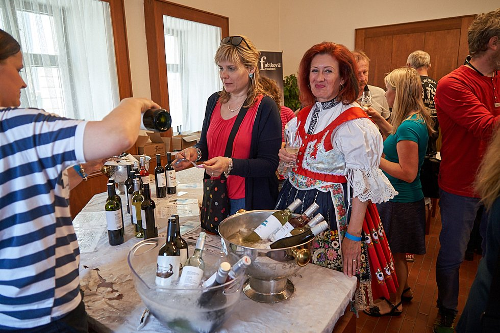 Patnáctý ročník Trutnovských vinařských slavností byl věnován památce Jiřího Frýby, který byl členem pořádajícího spolku Přátelé dobrého vína.