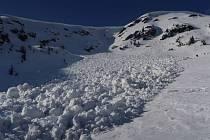 V Malé kotelní jámě v Krkonoších spadla lavina.
