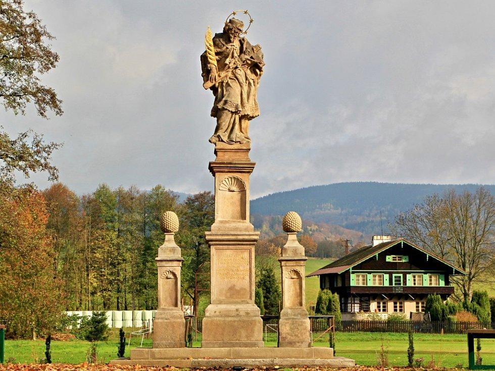 V Mladých Bukách představili opravenou barokní sochu, která je národní kulturní památkou. Restauroval ji Ondřej Sklenář z Lužan.