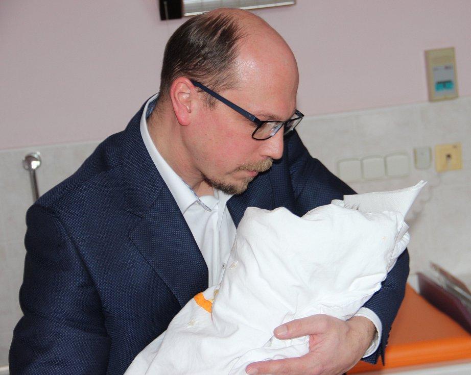 Hejtman Štěpán přivítal první holčičku roku 2018