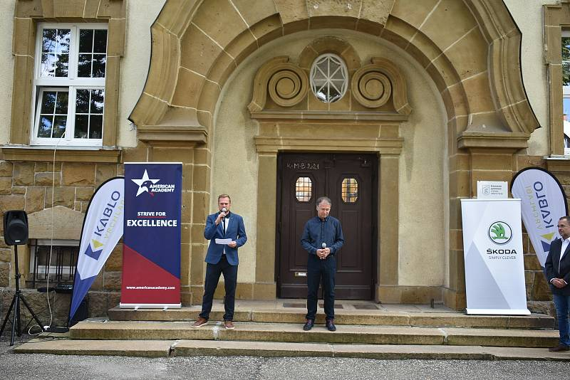 Oficiální zahájení spolupráce Krkonošského gymnázia ve Vrchlabí a Hostinném a American Academy.
