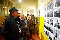Vernisáž výstavy Bohdana Holomíčka, nazvaná Právě tehdy, v Galerii Dračí ulička.
