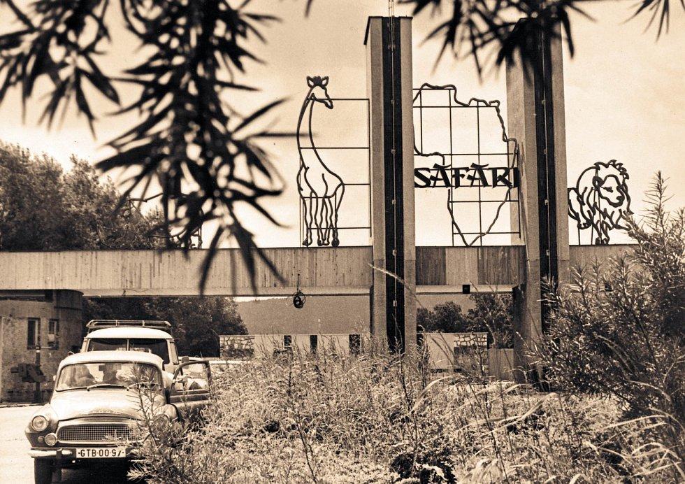 Dlouhé roky trvalo, než tento vjezd do Afrického safari začal skutečné sloužit svému účelu (došlo ktomu na konci 80. let). Dnešní podoba vjezdu do safari je přizpůsobena vzhledu vjezdů do afrických parků.
