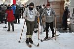 Herci Marek Adamczyk (vlevo) a Kryštof Hádek při natáčení filmu Poslední závod, který vypráví příběh lyžařů Hanče, Vrbaty a Ratha, na náměstí v Hostinném v neděli 28. února.