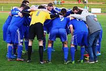 Fotbalisté Dvora Králové slaví výhru v derby s Trutnovem