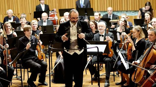 ITALSKÝ DIRIGENT.  U Podkrkonošského symfonického orchestru drží taktovku Graziano Sanvito.