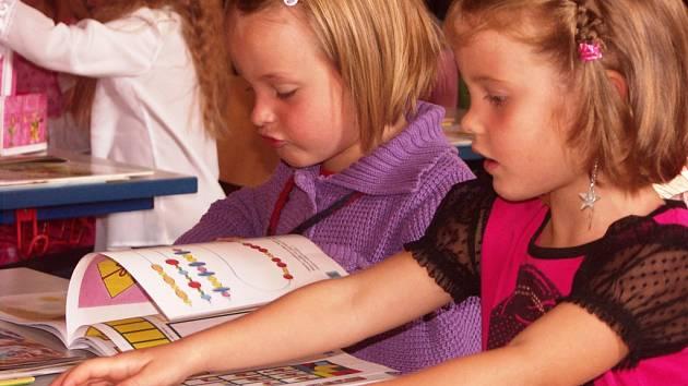 PRVŇAČKY ZŠ v Žižkově ulici, Elena Drahoňovská a Verunka Klementová, se nemohly odtrhnout od knížky, kterou právě dostaly k zahájení nového školního roku.