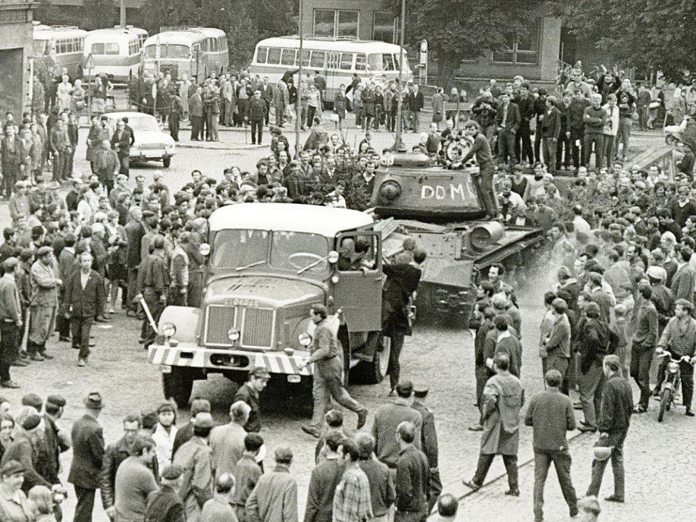 Srpen 1968. Jan Braun stojí na tanku, který Trutnovští právě strhli z podstavce.