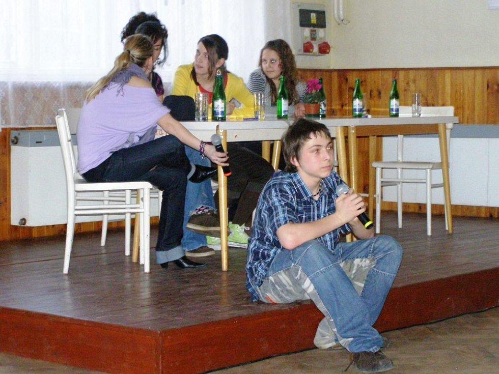 VYCHÁZEJÍCÍ HERECKÁ HVĚZDIČKA Martin Holec páteční program v Kulturním domě Děvín nejen uváděl, přítomným divákům navíc rovněž zazpíval.