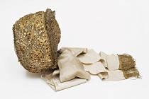 Mezi předměty, které lidé darují do semilského muzea, se čas od času objeví překvapivé unikáty. Jeden takový případ nastal na konci roku 2020, kdy byly muzeu darovány dva vzácné, bohatě zdobené čepce pojizerského typu.