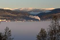 Zatímco Vrchlabí v neděli zahalila pouze mlha, na krkonošské vrcholky napadal sníh.