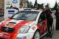 VÍTĚZNÁ POSÁDKA. Antonín Tlusťák (vpravo) a Jan Škaloud se radují v cíli z vítězství v druhém ročníku automobilového závodu v Trutnově a jeho okolí, Rally Krkonoše.