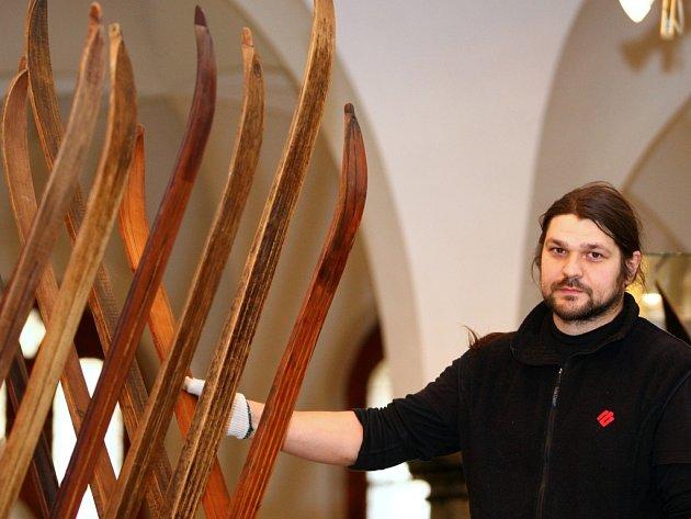 LYŽNÍCI. Kurátor výstavy Karel Novotný chystá kromě výstavy se svými přáteli i jubilejní stoletý závod v den výročí Hančovy smrti 24. března.