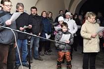 I v letošním roce se bude zpívat na řadě míst v regionu. Také před muzeem v Úpici, odkud je tato loňská fotografie.