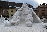 Každý rok má jilemnický Krakonoš trochu jinou podobu, letos je nejmenší ze všech, které na náměstí výtvarník Josef Dufek se dvěma pomocníky od roku 1997 vytvořil.