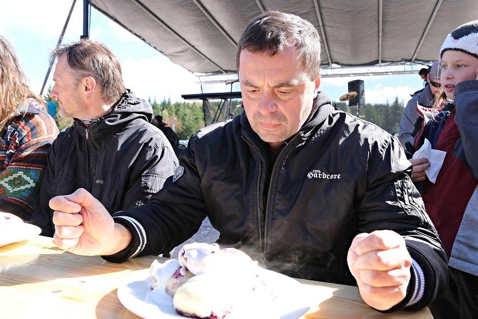 Soutěž o největšího jedlíka borůvkových knedlíků při Maloúpské vařečce.