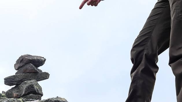 Kamennými mužíky ničí turisté tundru.