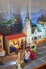 Trutnov má svůj betlém. Věrnou zmenšeninu historického centra doplnil Miroslav Králík chlévem, jesličkami a svatou rodinou. Na obloze je kometa a legendární trutnovský drak.