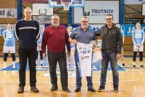 Zástupci města, Lokomotivy a oddílu slavnostně poblahopřáli předsedovi trutnovského basketbalového klubu Vladimíru Smilnickému k jeho nedávným 60. narozeninám.