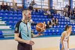 Turnaj basketbalistek v Trutnově berou zodpovědně i rozhodčí, také pro ně je přípravou na novou sezonu. Při zápasech zkouší komunikaci mezi sebou přes porty.