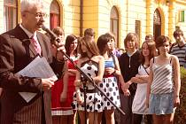 TURNOVSKÝ místostarosta Otakar Špetlík a žáci ze ZŠ ve Skálově ulici, před památníkem obětí všech odbojů a období totality
