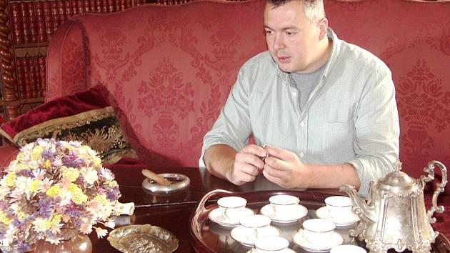 KASTELÁN Jiří Holub u zátiší ve velké jídelně na zámku Hrubý Rohozec.