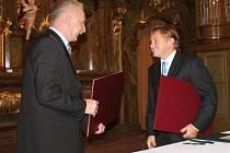 STAROSTOVÉ podepsali smlouvu o partnerství.