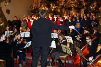 VÁNOČNÍ KONCERT. Ve vrchlabském  klášterním kostele se uskutečnil vánoční koncert chrámového sboru. Zazněla i Česká mše vánoční.