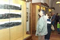 Výstava ve vrchlabském muzeu je výsledkem dlouhodobé práce otce a syna Doubkových z Mladé Boleslavi, kteří dvacet let fotili po celých Krkonoších. V pětiletých cyklech pořídili skoro dvě stovky snímků.