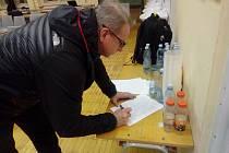 Lidé začali okamžitě podepisovat petici proti návrhu nové zonace Krkonošského národního parku, která byla představena v základní škole v Horním Maršově.
