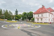 Nový kruhový objezd u zdravotnické školy v Trutnově.