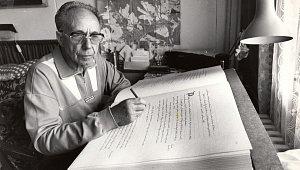 Antonín Just při psaní trutnovské kroniky.