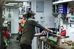 Pracovníci lyžařských servisů a půjčoven připravují lyže zákazníkům.