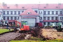 SPORTOVIŠTĚ u úpické základní školy na Lánech se ještě do konce roku významně promění. Město rekonstruuje jak atletický ovál okolo centrálního travnatého hřiště (vlevo), tak sousední plácek, kde vyroste zcela nové multifunkční hřiště.