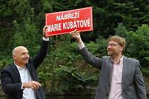 Slavnostní otevření. Starosta Vrchlabí Jan Sobotka, společně s místostarosty Alfredem Plašilem a Michalem Vávrou, oficiálně pokřtil Nábřeží Marie Kubátové.