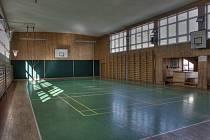 Také tělocvična vrchlabské základní školy na náměstí Míru zeje v době koronavirové prázdnotou.