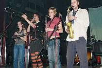 Cémur Šámur. Dechová sekce významně ovlivňuje projev vrchlabské kapely.