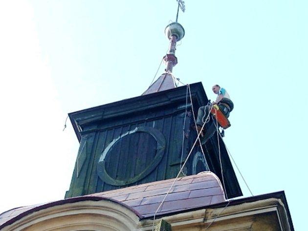 Práce jako na kostele, doslova platí pro svatostánek v Žacléři