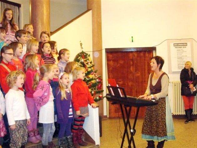 Vánoční loutkové představení sehráli herci na novém jevišti