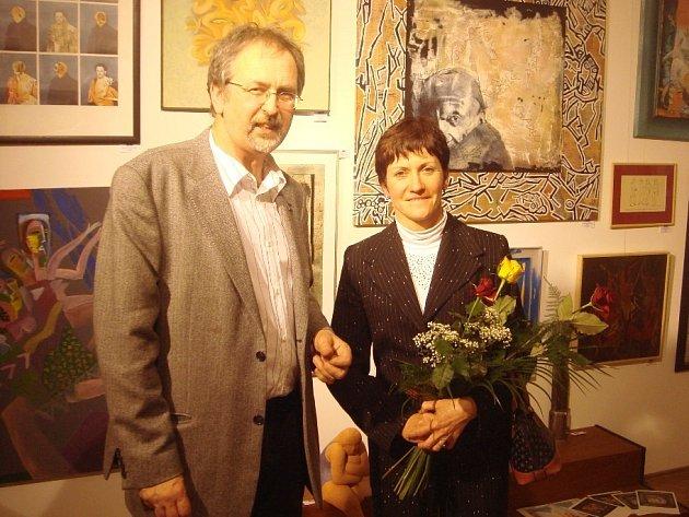VERNISÁŽ VÝSTAVY zahájila bývalá úspěšná běžkyně na lyžích Květa Jeriová–Pecková. Na snímku s majitelem galerie a kurátorem výstavy Miroslavem Lipinou.