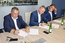 Čtvrtečním podpisem smlouvy začala modernizace koupaliště za 73 milionů korun. Na snímku zleva trutnovský starosta Ivan Adamec, ředitel stavební firmy BAK Radek Mrázek a Rudolf Cieslar z bazénářské firmy Berndorf Bäderbau.