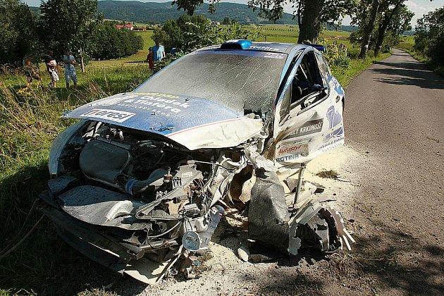 Auto Josefa Petáka po nárazu do stromu.