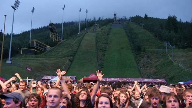 Pod harrachovským mamutím můstkem začne ve čtvrtek hudební festival Keltská noc. Kdy se na něj vrátí skoky na lyžích? Svaz lyžařů tam chce pořádat mistrovství světa 2024.