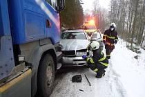 U Dolní Kalné se srazilo auto s nákladním vozem.