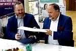 Pepperl+Fuchs postaví v Trutnově novou továrnu. Ještě předtím ale podepsala novou smlouvu o partnerství s Uffem. Na snímku vlevo Libor Kasík a vpravo Jürgen J. Chrobak.