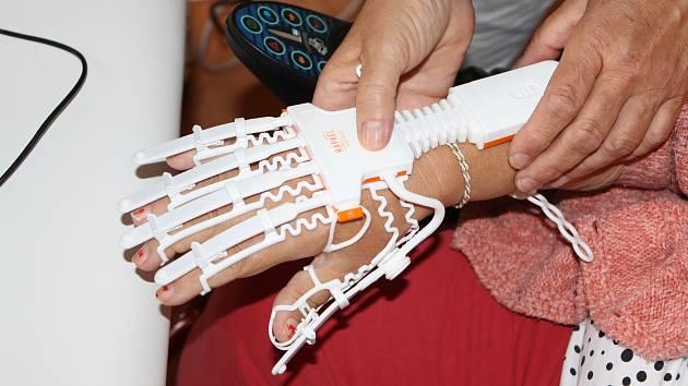 Robotická rukavice pomáhá při rehabilitaci v Domově sv. Josefa v Žirči.