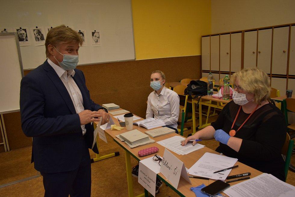 Starosta Vrchlabí Jan Sobotka volil v pátek odpoledne v učebně Krkonošského gymnázia ve Vrchlabí.