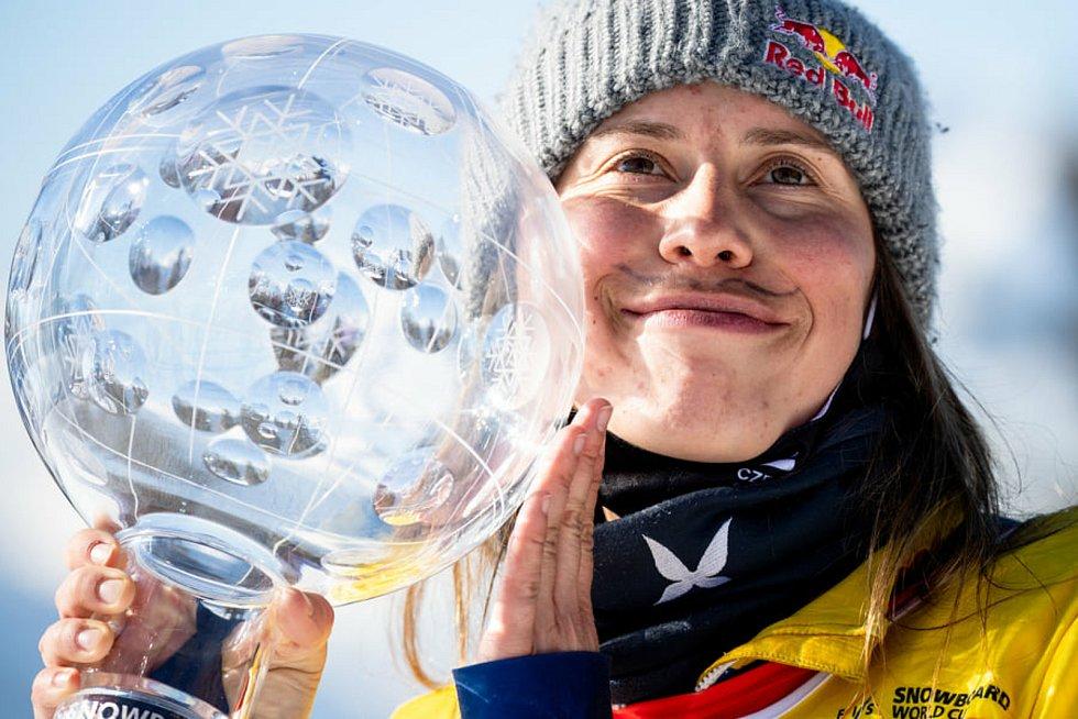 Eva Samková slaví potřetí v kariéře zisk křišťálového glóbu.