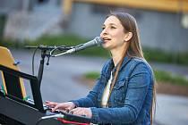 Loňská finalistka českého národního kola na Eurovision Song Contest Barbora Mochowa při vystoupení na Zelené Louce