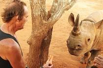 TONY FITZJOHN, který vede rezervaci v tanzanském Mkomazi, krmí královédvorského samce Jabu.